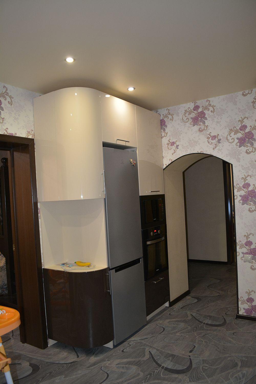 Кухня с крашеным фасадом, шкаф купе и галошница